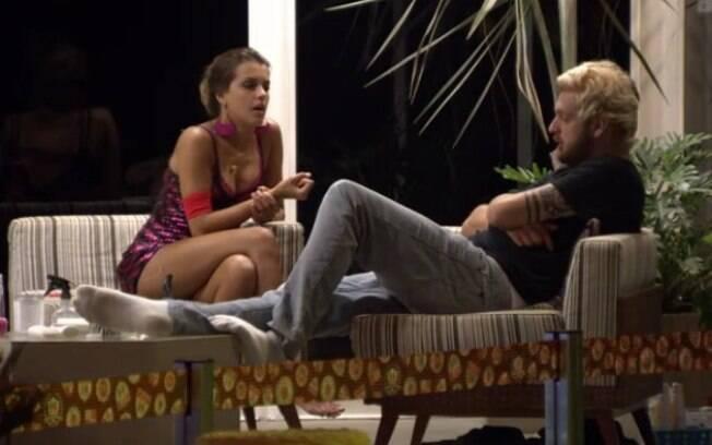 Angela e Cássio fazem as pazes durante Festa Anos 80