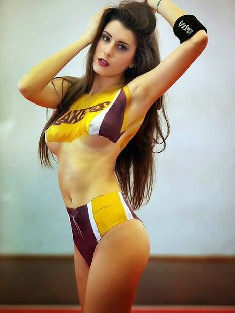 Valentina Vignali foi capa da Playboy com pintura corporal do Los Angeles Lakers