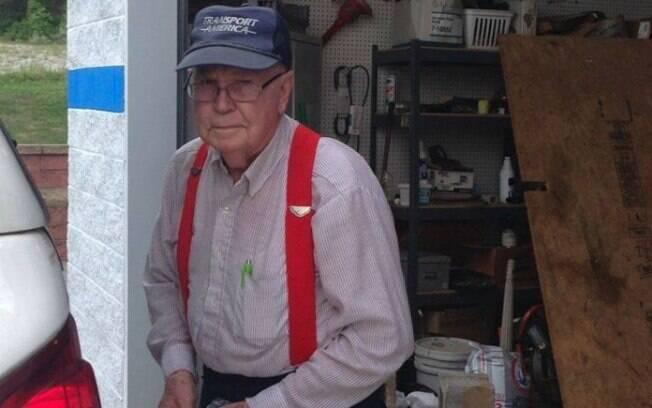 O norte-americano Johnny Jennings afirma que continuará a reciclar e fazer doações à caridade enquanto estiver vivo