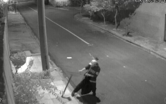 Vídeo: homem é flagrado furtando lixeiras de rua em Campinas