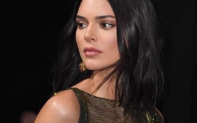 Kendall Jenner ousa no visual e escolhe vestido transparente para festa durante o festival de Cannes