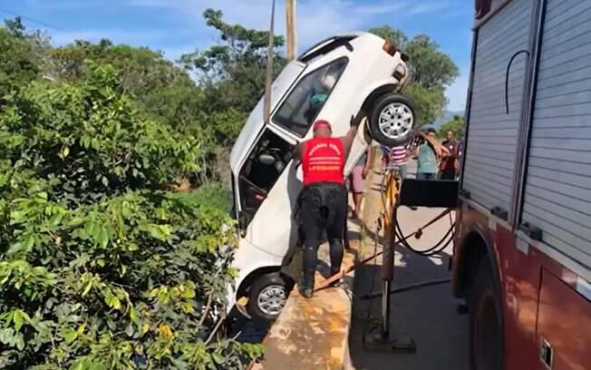 O veículo foi retirado do rio na manhã desta terça-feira (15).