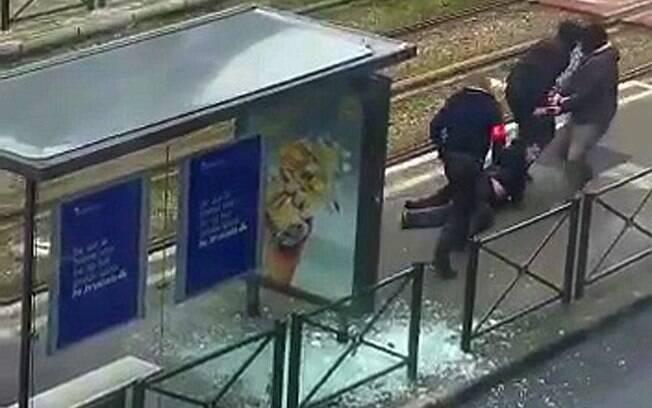 Agentes rendem suspeito baleado em estação de trem na cidade de Bruxelas, nesta sexta-feira