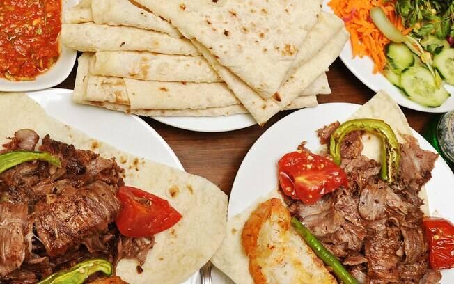 O döner kebab é facilmente encontrado em Berlim, trata-se carne assada num espeto vertical depois fatiada