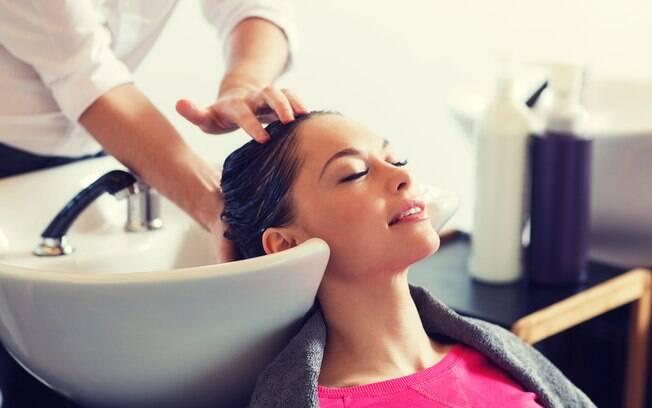 mulher lavando cabelo no salão de beleza