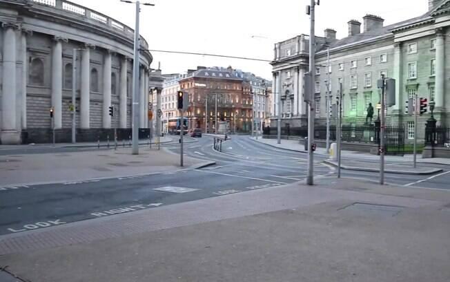 Com mais de meio milhão de habitantes, a cidade está deserta após a população seguir medidas de isolamento social para conter o avanço do vírus na capital irlandesa.