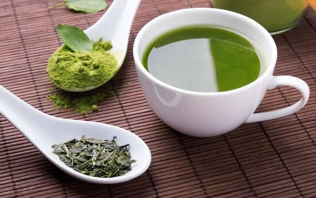 Chá verde ajuda a emagrecer e pode ser consumido quente ou frio