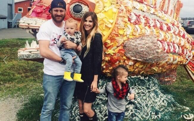 Makelle, o marido Jared Ahlin e os dois filhos mais velhos do casal