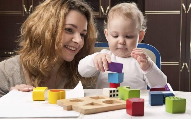 Pais não devem corrigir tanto os filhos enquanto brincam juntos