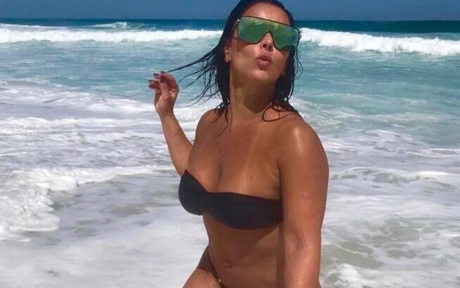 Viviane Araújo faz a sereia sensual e exibe curvas em foto de fio dental no Instagram e garante milhares de curtidas e inúmeros comentários positivos