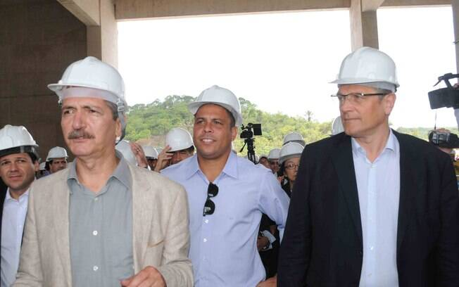Aldo Rebelo, Ronaldo e Jérome Valcke  participam de visita à Arena Pernambuco