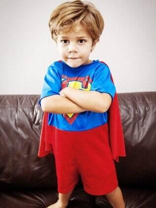 Samuel, irmão de Manuela, estragou um brinquedo e não admitiu que tinha sido ele. Mãe apostou no diálogo para resolver a situação com o filho
