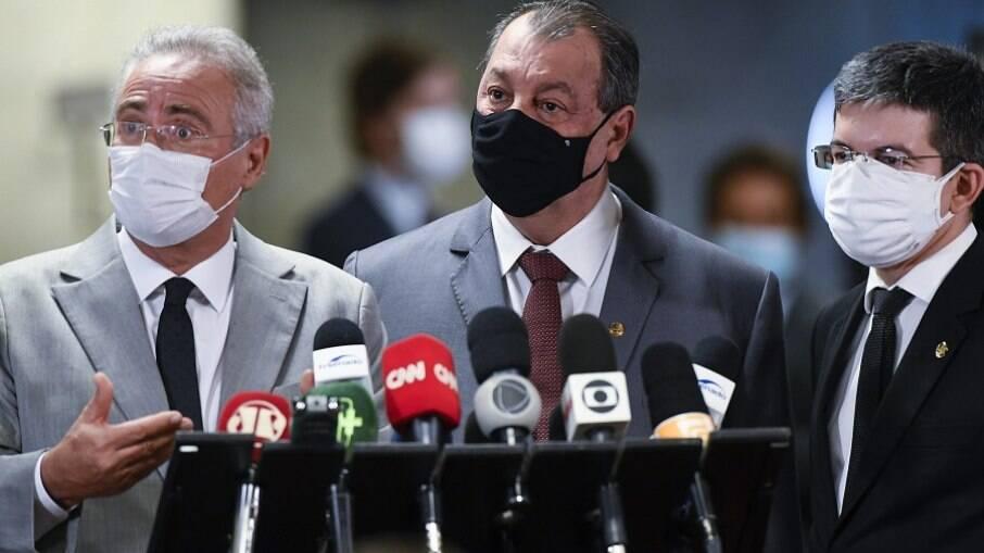 Renan Calheiros, Omar Aziz e Randolfe Rodrigues; membros da CPI assinaram nota oficial criticando pronunciamento de Bolsonaro