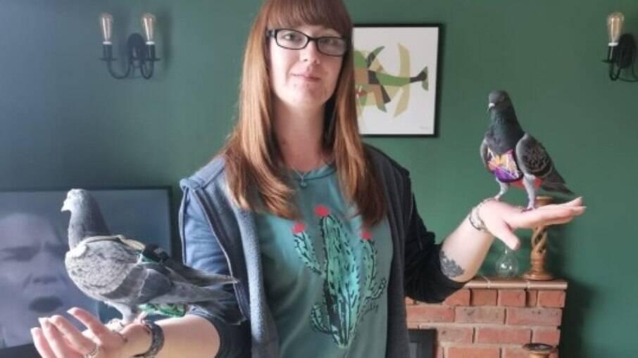 Ela gasta quase 30 mil por ano com os pombos de estimação