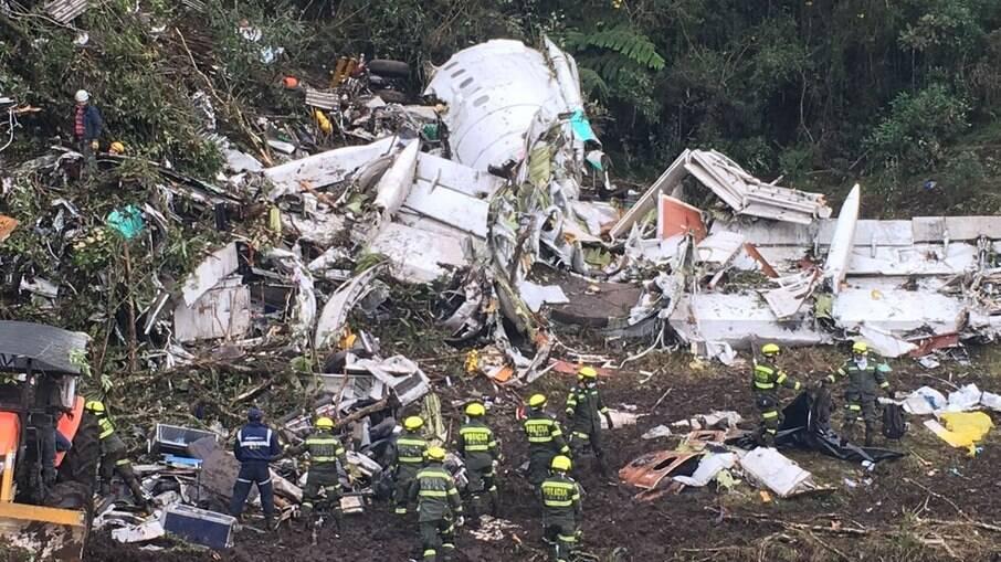 Destroços do avião que caiu com delegação da Chapecoense