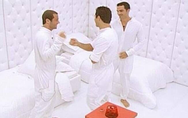 Os brothers encaram o quarto branco