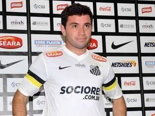 Eugenio Mena tem 26 anos e, antes de chegar ao Santos, passou pelo Santiago Wanderers e Universidad de Chile