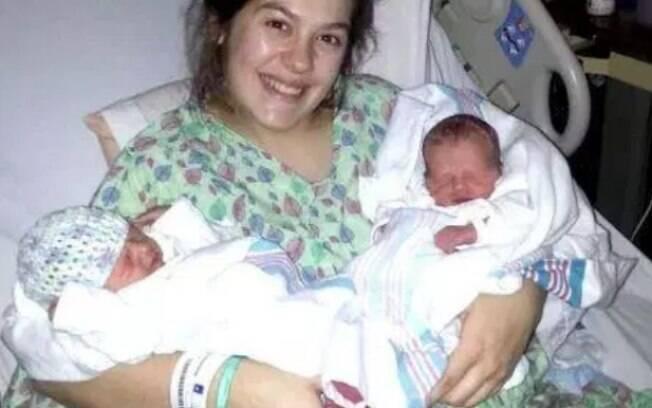 Dacia e os pequenos Everett e Amelia no hospital depois do parto no carro em movimento