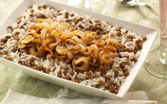 Ilustração do prato de arroz com lentilha e cebolas caramelizadas.