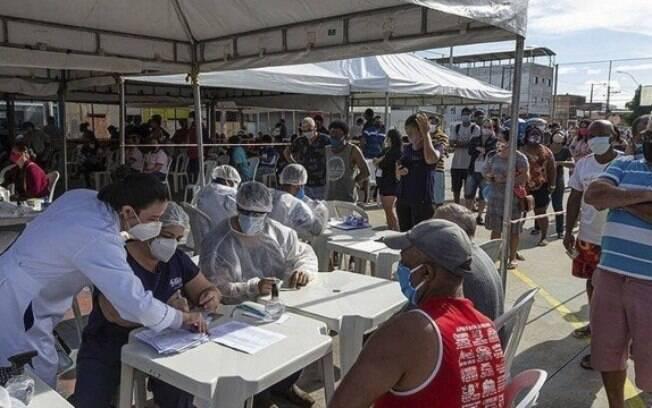 Moradores em fila para testagem%3A 20 mil passaram por exame para o novo coronavírus
