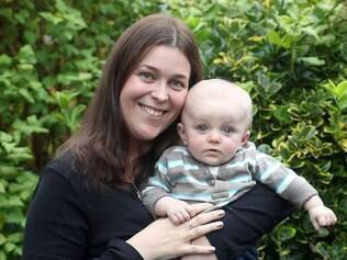 Sarah Best com o bebê Jake: depois do tratamento, os dois estão bem