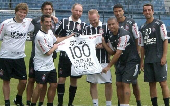Integrantes do Coldplay usam a camisa do Corinthians