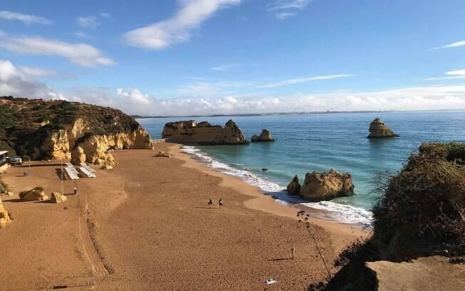 A praia da Dona Ana, na região de Algarve, é conhecida pela tranquilidade e pelo clima familiar