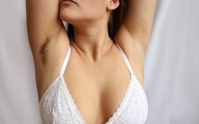 Especialista explica qual a relação da higiene com os pelos na axila – e mostra que não há problemas em deixá-los lá