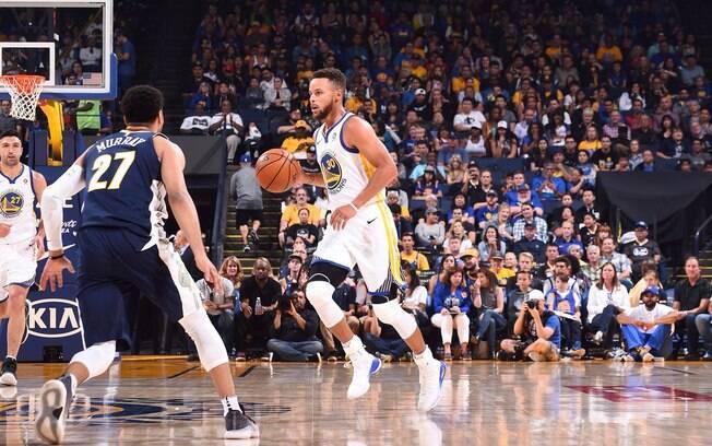 Stephen Curry foi o principal jogador do Warriors contra o Nuggets e só fez 11 pontos