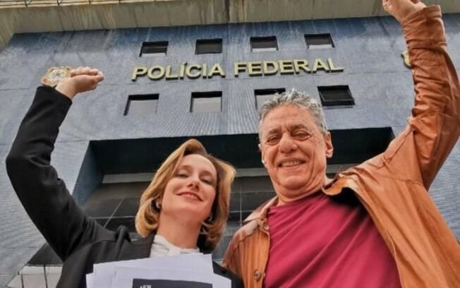Chico Buarque e Carol Proner em frente a sede da Polícia Federal, em Curitiba (PR)