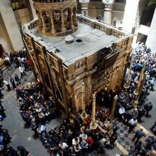 Fieis e turistas visitam a basílica do Santo Sepulcro