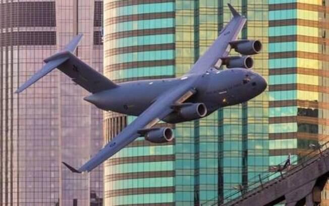 Avião passa perto de prédios em Brisbane
