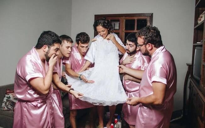 Noiva faz sessão de fotos com seus padrinhos de casamento!