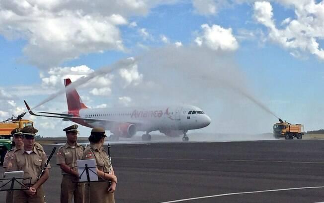 Avião com a delegação do Atlético Nacional foi recebido com jatos d'água