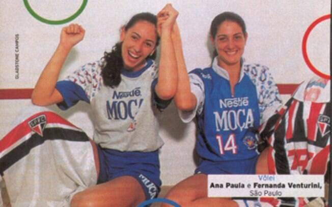 Ana Paula (lado de Fernanda Venturini na foto) foi musa e estrela do vôlei de quadra nos anos 90