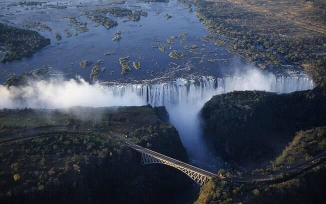 Em Victoria Falls, a queda de 166 metros se dá sobre as corredeiras do rio Zambeze