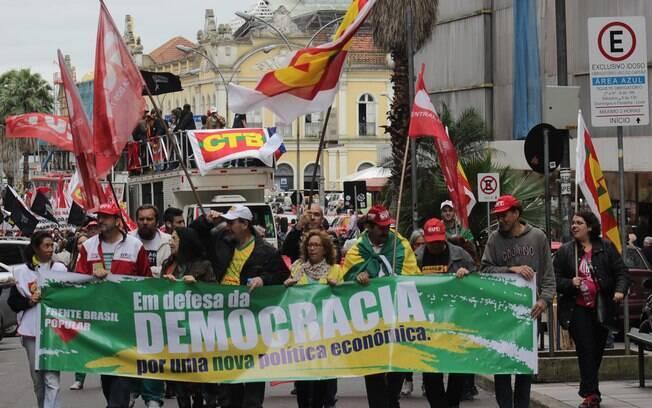 Frente Popular Brasileira, que é formada por centrais sindicais, movimentos sociais e estudantis, faz ato no Rio Grande do Sul. Foto: José Carlos Daves/Futura Press - 3.10.15