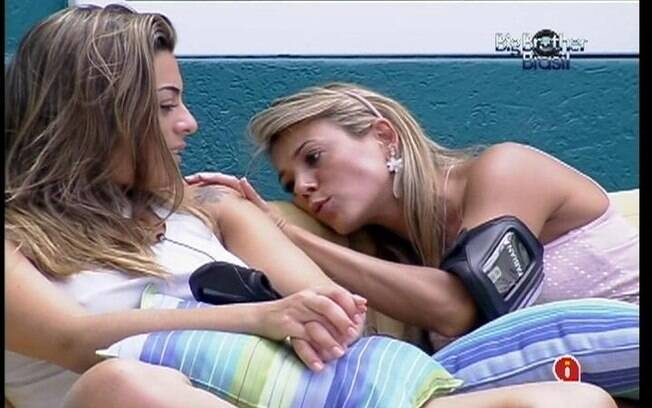 Monique e Fabiana conversam sobre Laisa na área externa da casa
