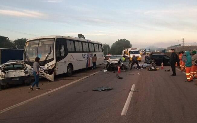 Engavetamento entre carros e ônibus deixa duas vítimas graves na Santos Dumont