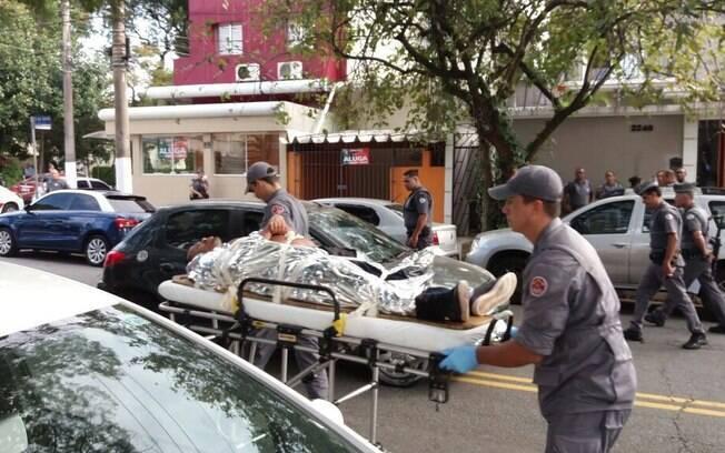 Ferido é retirado de maca de sequestro na rua Pedro de Toledo. Polícia não quis confirmar se tratava-se de criminoso ou refém