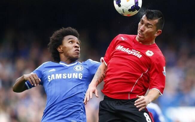 O brasileiro Willian e o chileno Medel disputam a bola no duelo entre Chelsea e Cardiff