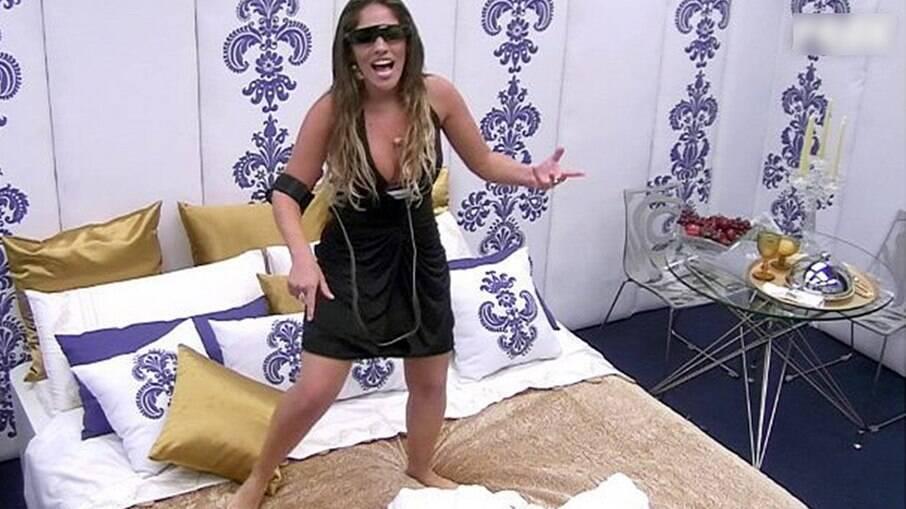 Anamara Barreira se diverte sozinha no quarto secreto