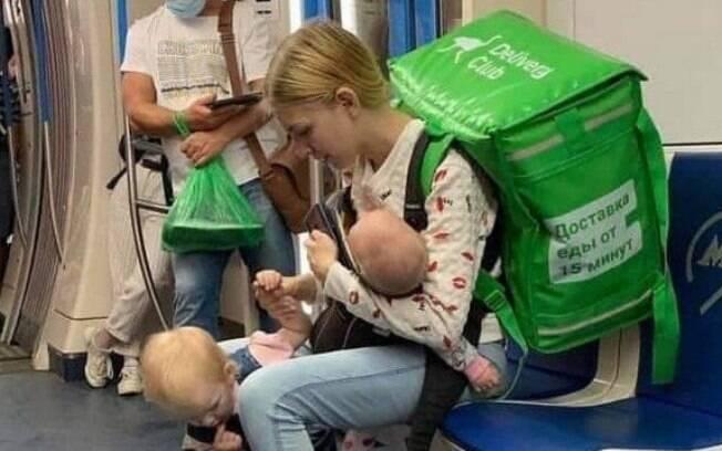 Imagem de entregadora com bebês dentro de metrô viralizou nas redes sociais