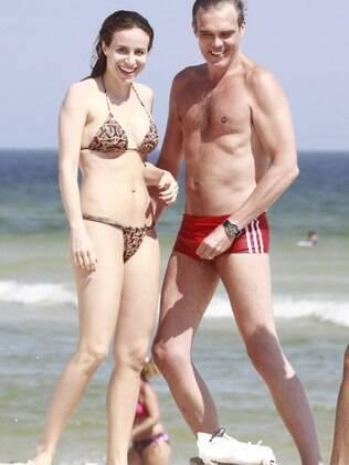 Dalton Vigh aproveita o dia quente no Rio na companhia da mulher, Camila Czerkes, na praia