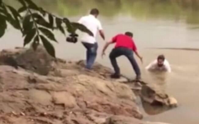 Julian Cuadal, candidato à prefeitura de Ji-Paraná (RO), cai no rio durante campanha eleitoral