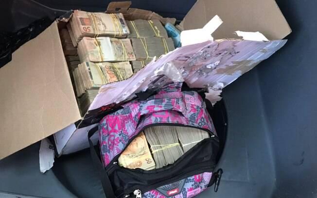 Caixa e mochila encontrada dentro do veículo com os criminosos