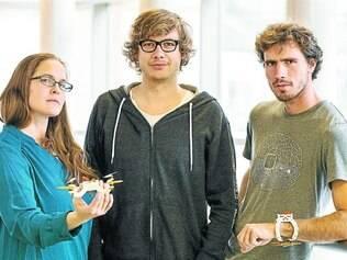 Drone de selfie.  Jelena Jovanovic e Christoph Kohstall (à direita) inventaram uma câmera que voa sozinha e pousa no pulso do dono