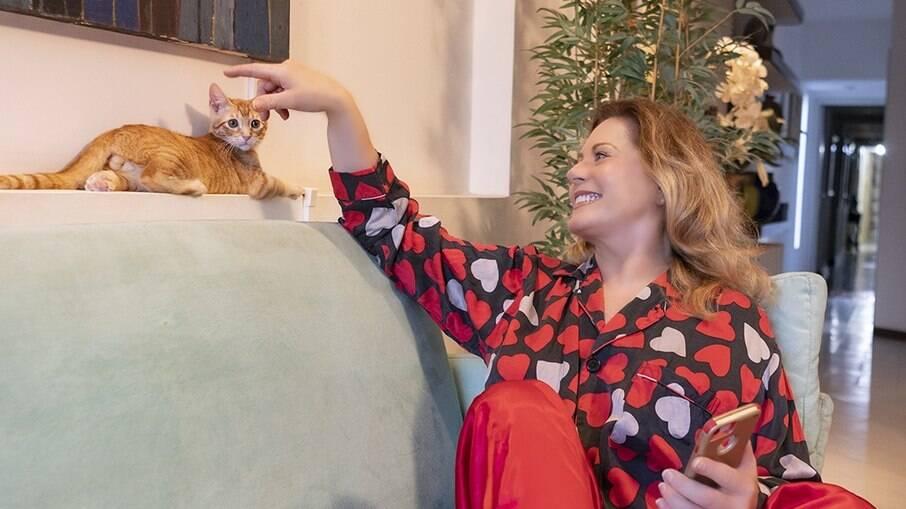 Vera Fischer esbanja bom humor em fotos com gato de estimação