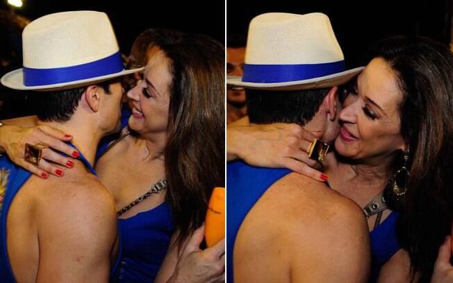 Claudia Raia e Jarbas Homem de Mello trocaram declarações de amor e deram beijos calorosos pelos cantos do camarote carioca