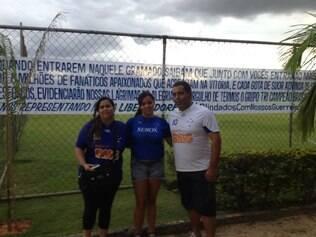 O taxista Juliano Eustáquio, 42, sua filha Laura Cristina, 12, e sua irmã, a advogada Gisele Corrêa, 38, posam com foto de apoio aos jogadores celestes